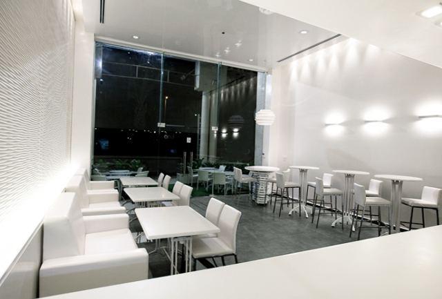 Étterem, hideg fehér fénnyel